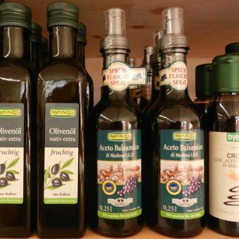 Z.B. Olivenöl und Balsamico in verschiedenen Variationen
