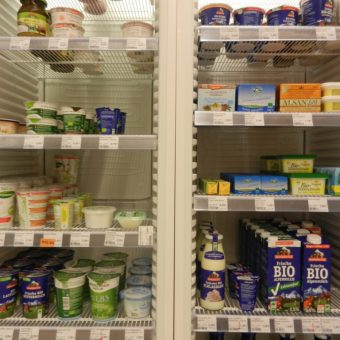 Vier energieeffizente Kühlschränke sorgen für die richtige Kühltemperatur.