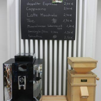 Hier wird Korn gemahlen und der Kaffee gebrüht ...