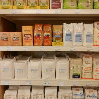 Eine reichhaltige Auswahl an Zucker und Mehl. Der Bio-Rohzucker wird auch an Bienen verfüttert.