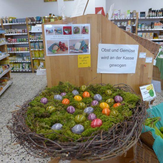 Zu Ostern ist das Nest voller bunter Eier